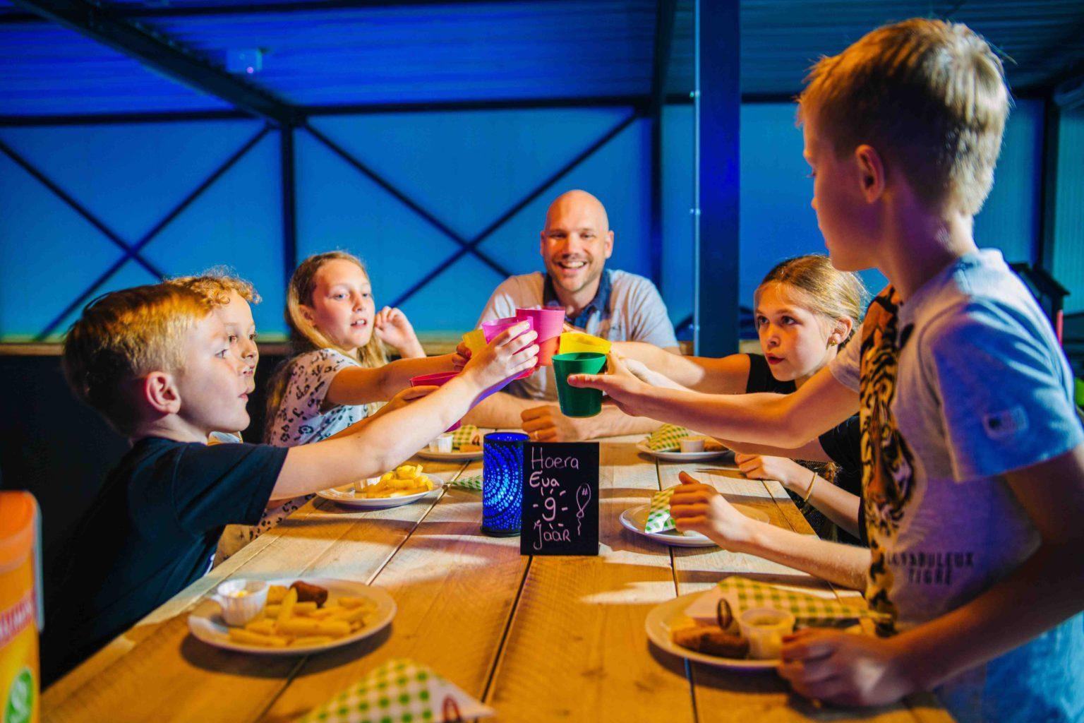 Samen een patatje eten tijdens een kinderfeestje bij ZERO55 in Apeldoorn