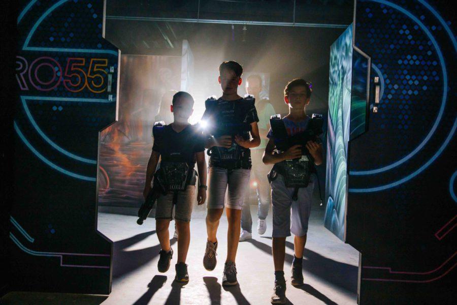 Drie jongens lasergamen bij ZERO55 in Apeldoorn