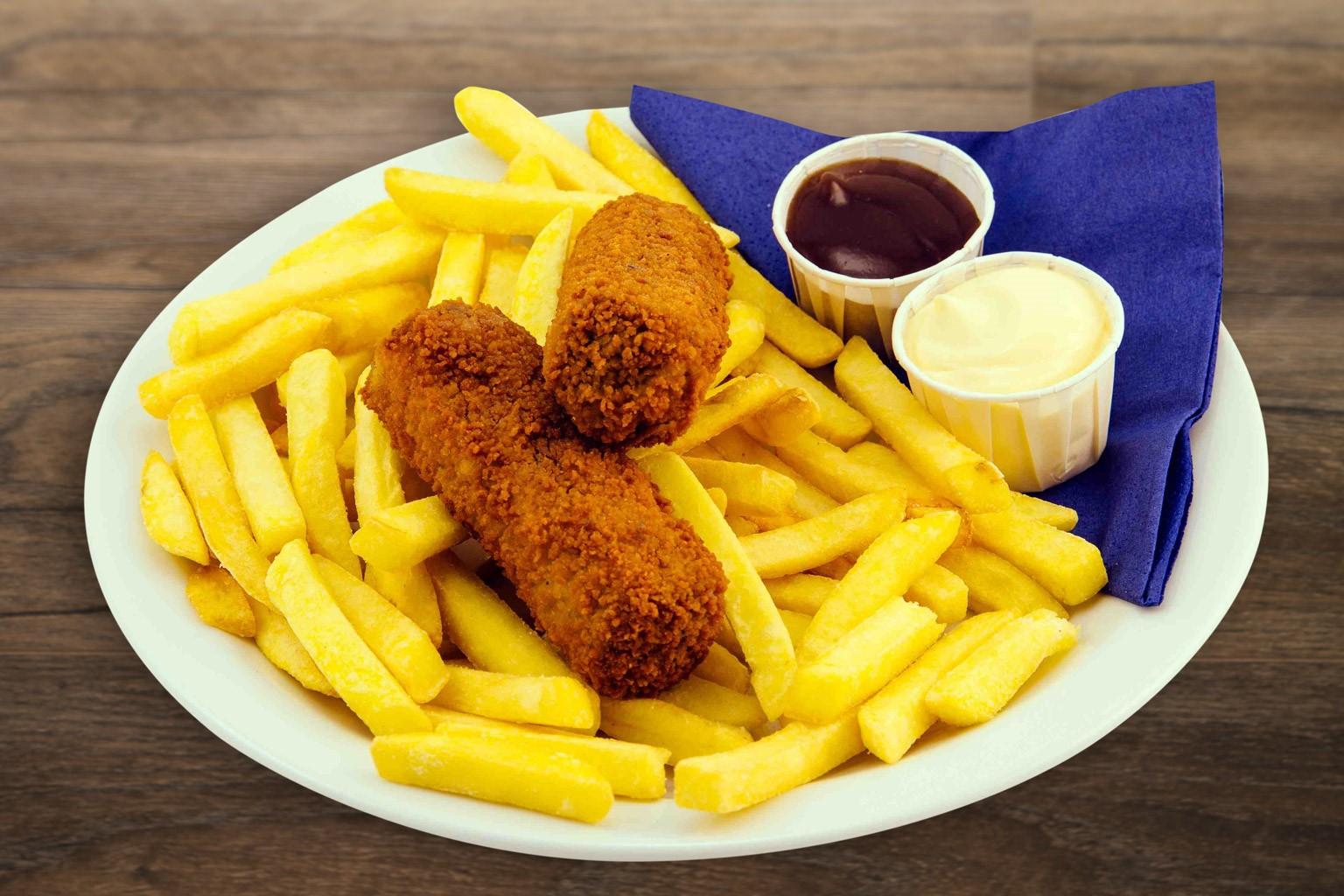 Smul van een lekker bord friet met twee snacks bij ZERO55 in Enschede