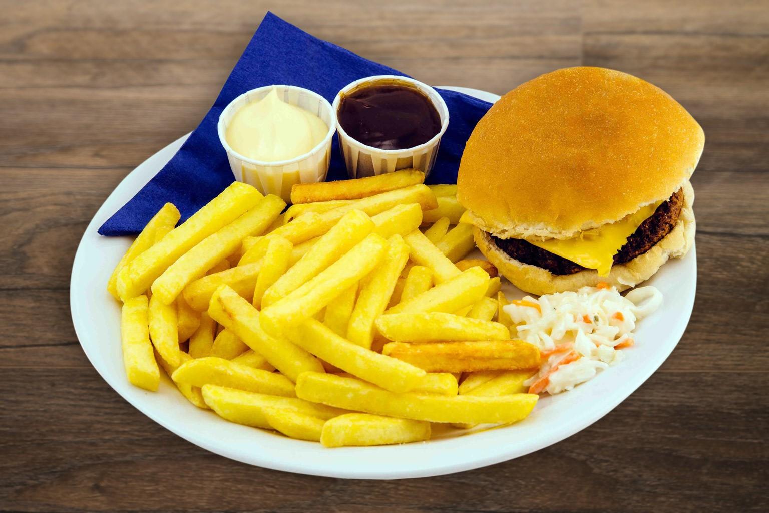 Geniet van een lekker broodje hamburger met friet bij ZERO55 in Enschede
